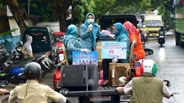 Naik Mobil Bak Terbuka, Lies F Nurdin Ingatkan Warga Pakai Masker