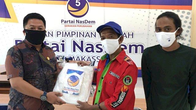 NasDem Makassar Bagikan APD ke RT/RW