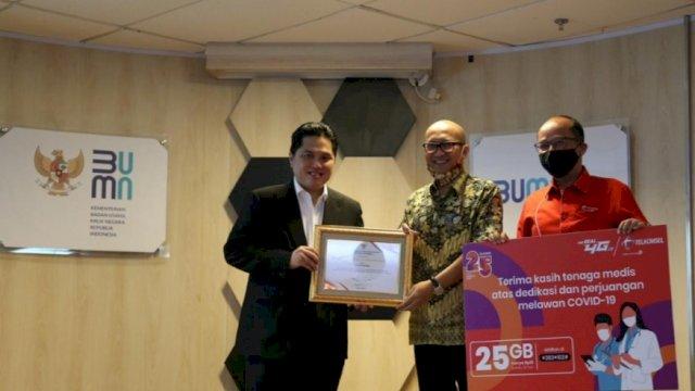 Direktur Utama Telkomsel, Setyanto Hantoro menerima penghargaan dari Menteri BUMN, Erick Thohir atas apresiasi yang diberikan Telkomsel kepada relawan penanganan COVID-19 dengan menghadirkan paket data khusus kuota data 25GB di Jakarta, Kamis (9/7).