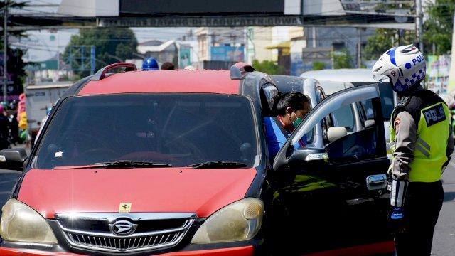 Aparat Kepolisian melakukan pemeriksaan kendaraan yang melitas di perbatasan Gowa-Makassar, belum lama ini.