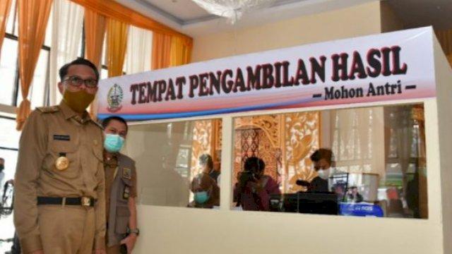 Gubernur Sulawesi Selatan meninjau pemeriksaan rapid test gratis massal yang diadakan Pemprov, belum lama ini. (humas pemprov)