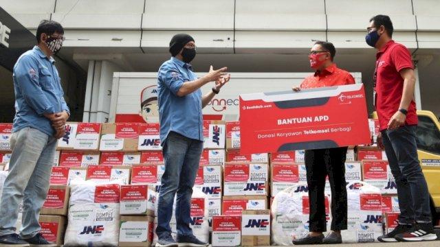 Manager CSR Program Support Management Telkomsel, Yanto Santoso bersama VP Corporate Communications, Denny Abidin menyerahkan donasi secara simbolis kepada CEO BenihBaik, Andy F Noya, di Jakarta, Kamis (16/7/2020).