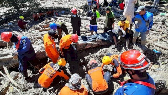 Tim SAR melakukan pencarian jenazah korban banjir bandang di Luwu Utara. (SAR Unhas)