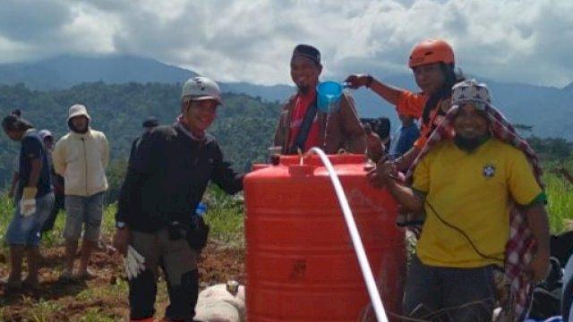 Relawan Lutim Siapkan Air Bersih Untuk Pengungsi Banjir Bandang di Luwu Utara