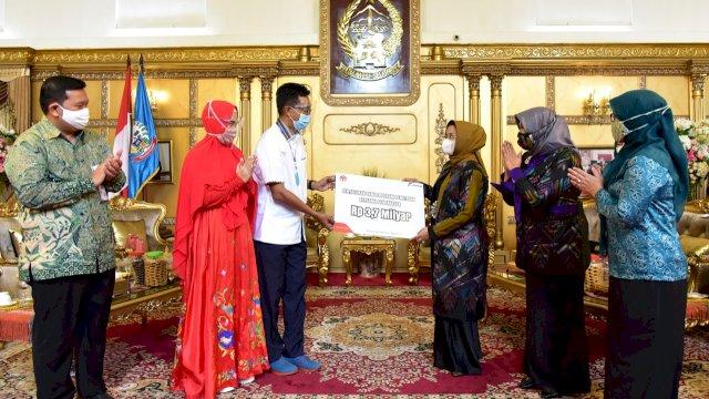 Ketua TP PKK Provinsi Sulawesi Selatan, Lies F Nurdin menerima bantuan Rp3,7 miliar dari PT Pertamina. Bantuan ini akan disalurkan untuk 73 UMKM di Sulsel.