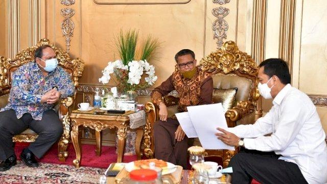 Gubernur Sulawesi Selatan Nurdin Abdullah menerima kunjungan Kepala Balai Besar Jalan Nasional (BBJN) Sulsel Muhammad Insal U Maha, dan Kepala Dinas Pekerjaan Umum dan Penataan Ruang Sulsel Prof Rudy Djamaluddin di Gubernuran, Rabu (29/7/2020).