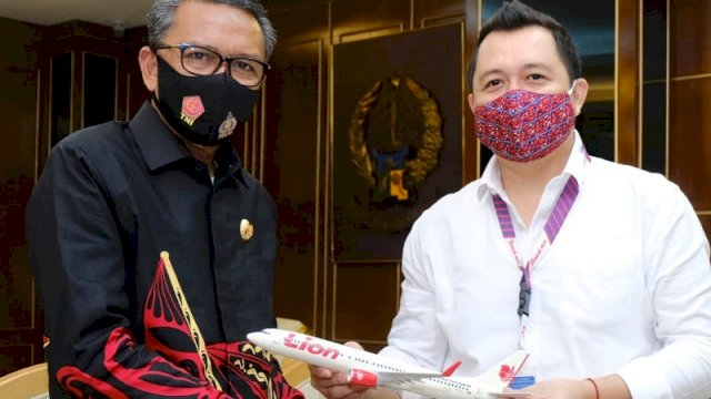 Gubernur Sulsel Nurdin Abdullah dan Area Manager UPG Lion Air Group, Rony Pasla.