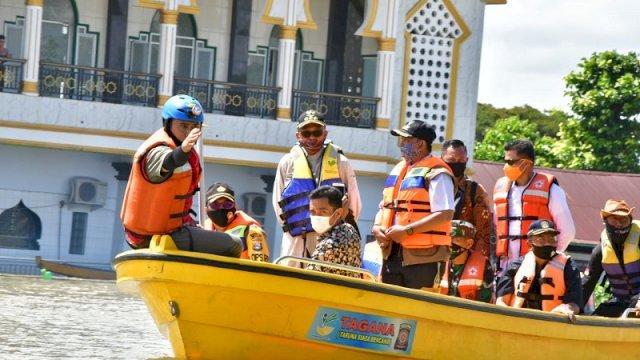 Gubernur Kelilingi Lokasi Banjir Wajo, Serahkan Bantuan Rp1,4 M dan Sembako
