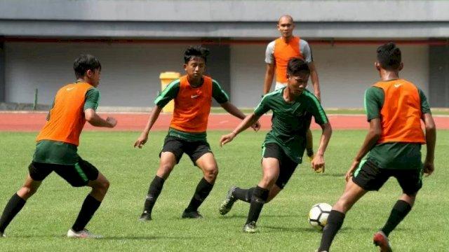 Foto arsip: Pesepak bola timnas Indonesia U-16 mengikuti latihan di Lapangan Stadion Patriot Candrabhaga, Bekasi, Jawa Barat, Selasa (17/12/2019). Latihan tersebut guna mempersiapkan laga uji coba melawan timnas U-16 India sekaligus persiapan Piala AFF U-16 dan Piala Asia yang berlangsung pada September 2020. ANTARA FOTO/Risky Andrianto/pras.