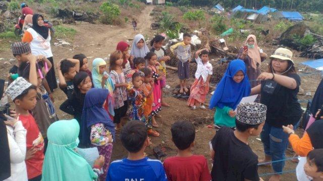 Kompala Unifa Ajak Anak Korban Banjir Luwu Utara Menggambar dan Mewarnai