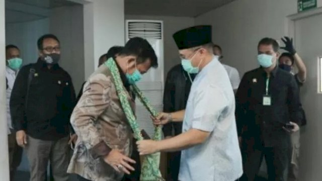 Gubernur Kepulauan Bangka Belitung, Erzaldi Rosman Djohan (kanan) saat menyambut Menteri Pertanian Republik Indonesia, Syahrul Yasin Limpo di Pangkalpinang, Jumat (Aprionis)