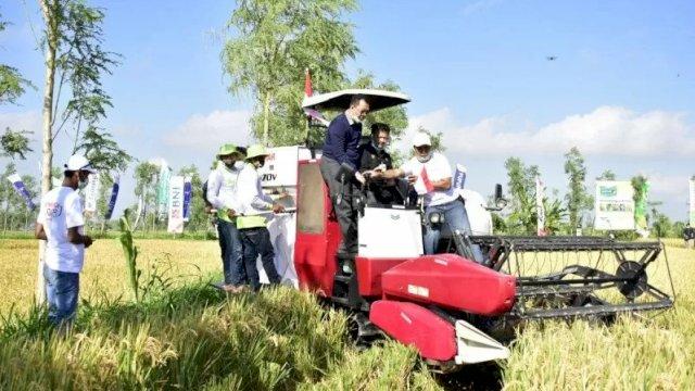 Menteri Pertanian, Syahrul Yasin Limpo, bersama Gubernur NTB, Zulkieflimansyah, melakukan panen raya padi dengan produktivitas delapan ton per hektar di Desa Aikmual, Lombok Tengah, Minggu (23/8/2020). ANTARA/Awaludin