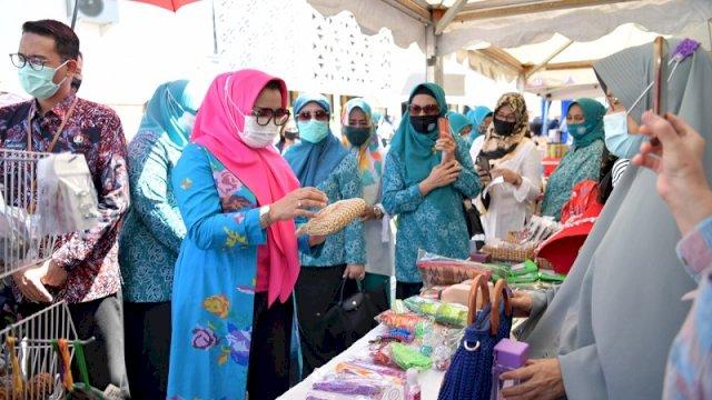Ketua Tim Penggerak PKK Sulsel Liestiaty F Nurdin membuka pasar murah di Kantor PKK Sulsel, Jalan Mesjid Raya, Rabu (26/8). Pasar murah ini bekerja sama dengan Dinas Perdagangan Sulsel. ()