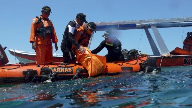 Tim SAR Makassar lakukan pencarian penumpang KM Tuna Sejati 01 yang tenggelam di perairan Selayar, Rabu (10/9/2020).