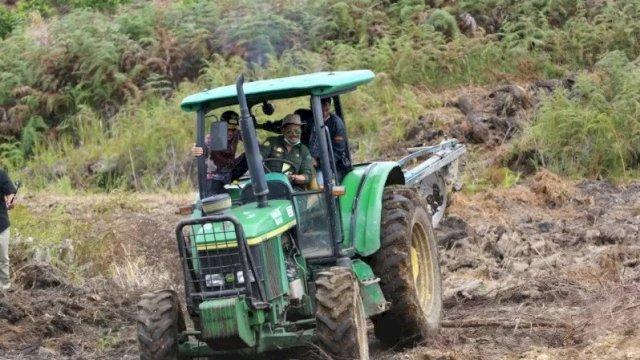 Menteri Pertanian Syahrul Yasin Limpo saat mengunjungi kawasan lahan food estate di Desa Ria-Ria, Kabupaten Humbahas, Sumatra Utara, Sabtu (Kementerian Pertanian)