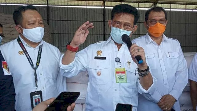Menteri Pertanian (Mentan) Syahrul Yasin Limpo (tengah) saat meninjau dua gudang pupuk di Kabupaten Indramayu. ANTARA/Khaerul Izan.
