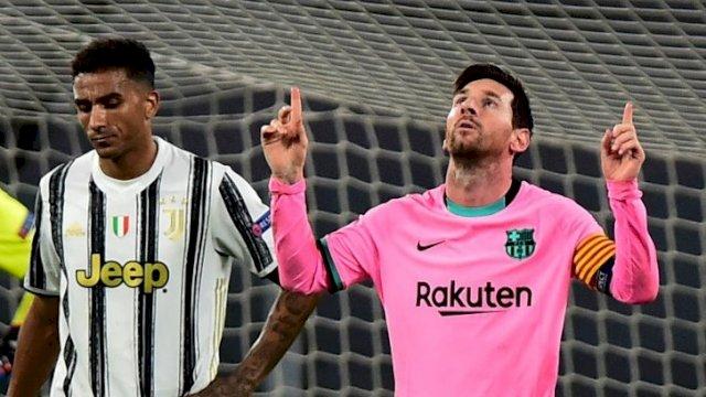 Megabintang Barcelona Lionel Messi (kanan) melakukan selebrasi setelah mencetak gol ke gawang Juventus dari titik penalti dalam laga Group G Liga Champions, di Stadion Allianz, Turin, Italia, Rabu (28/10/2020). Barcelona berhasli menundukkan Juventus 2-0. ANTARA FOTO/Reuters-Massimo Pinca/hp.