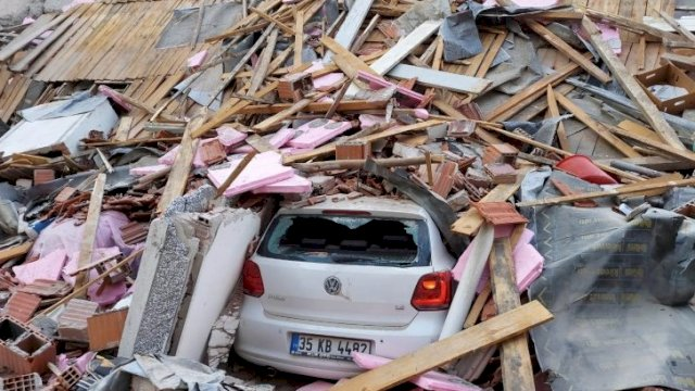 Sebuah bangunan di provinsi pesisir Izmir runtuh akibat gempa yang mengguncang Laut Aegea, Turki, Jumat (30/10/2020). Gempa menewaskan sejumlah orang, termasuk meruntuhkan beberapa bangunan. ANTARA FOTO/REUTERS/Tuncay Dersinlioglu/pras.