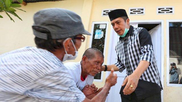 Calon Wali Kota Makassar, Syamsu Rizal menyapa warga lanjut usia (Lansia).