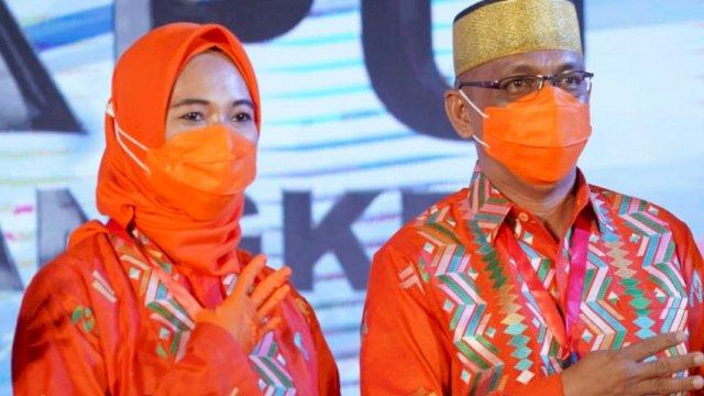 Pasangan Andi Nirawati-Lutfi Hanafi (Anir-Lutfi) mengenakan kostum produk sulsel debat publik Pilkada Pangkep.