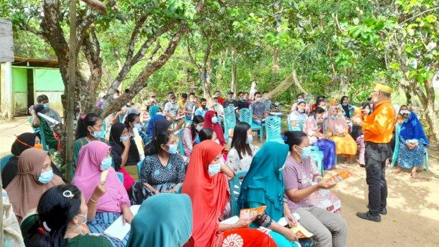 Pasangan Andi Nirawati-Lutfi Hanafi (Anir-Lutfi) jelaskan kegunaan kartu program Anir-Lutfi di hadapan warga Kampung Ujung Pangkep.