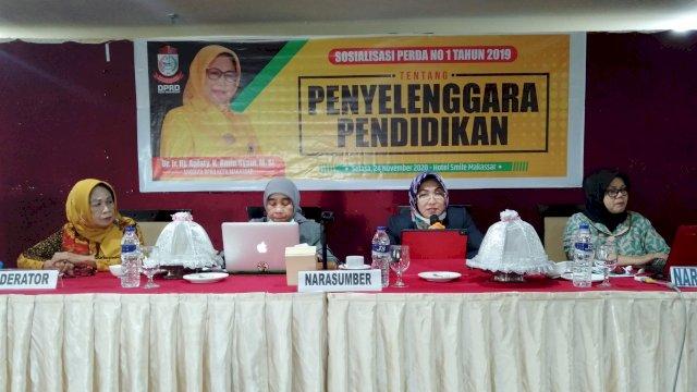 Anggota DPRD Makassar, Apiaty Amin Syam sosialisasikan Perda Penyelenggaraan Pendidikan, di Aerotel Smile, Salasa (24/11/2020).