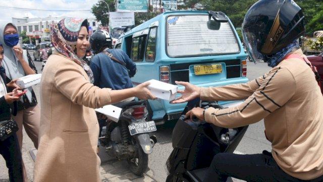 Politisi partai Gerindra Kota Makassar, Nunung Dasniar berbagi makanan gratis kepada pengguna jalan, di Kecamatan Tamalanrea, Jumat (27/11/2020).