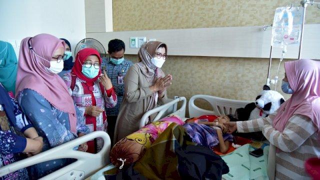 Kunjungi Gadis Pengidap Tumor Ganas, Lies Beri Semangat: Rajin Makan Ya Nak…
