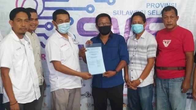 Ketua SMSI Sulsel, Rasyid Alfarizi menyerahkan secara langsung dua surat ketetapan (SK) pengurus daerah yakni Kabupaten Pinrang dan Soppeng.