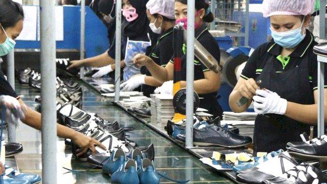Pekerja menyelesaikan pembuatan sepatu di salah satu industri sepatu. (int)