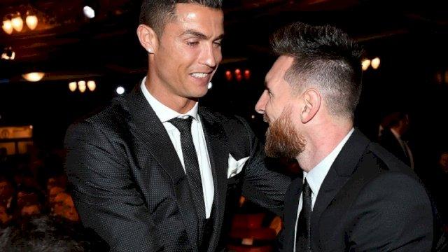 Lionel Messi (kanan) dan Cristiano Ronaldo bersalaman dalam acara penghargaan FIFA di London, Senin (23/10). (Foto: EPA-EFE/ANDY RAIN)