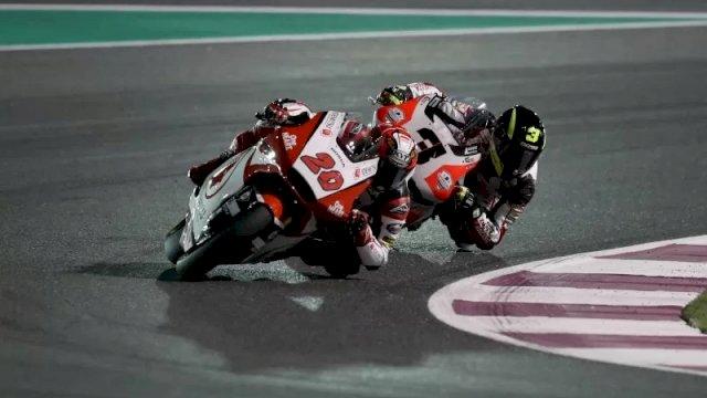Dimas Ekky Pratama dari IDEMITSU Honda Team Asia dan pebalap Kiefer Racing Lukas Tulovic bersaing dalam balapan Moto2 Grand Prix Qatar di Losail International Circuit , Qatar pada 10 Maret 2019. (REUTERS/IBRAHEEM AL OMARI)