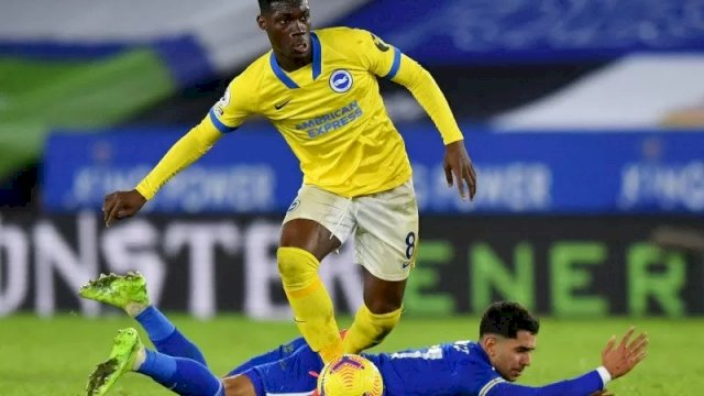 Pemain Brighton & Hove Albion Yves Bissouma (kaus kuning) saat duel melawan pemain Leicester City Ayoze Perez ketika kedua tim bertemu di King Power Stadium, Leicester, Inggris, 13 Desember 2020. (Pool via REUTERS/BEN STANSALL)