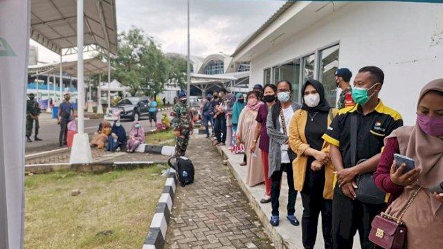 Calon penumpang di Bandara Sultan Hasanuddin antre untuk pemeriksaan rapid antigen, Selasa (22/12/2020).