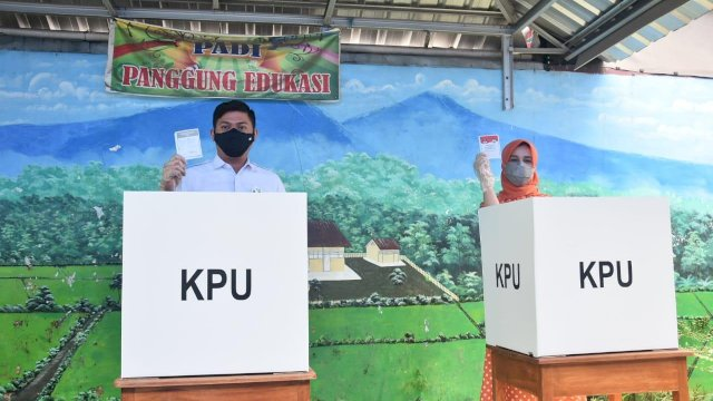 Bupati Gowa Adnan Purichta Ichsan mencoblos di TPS 003 SDI Bertingkat Tinggimae, Kelurahan Tombolo, Kecamatan Somba Opu, Rabu (9/12/2020).