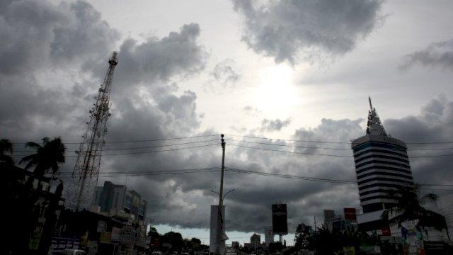 Ilustrasi: Kota Makassar yang diselimuti mendung. (int)