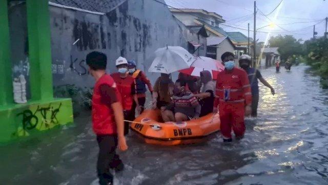 BPBD Gowa mengevakuasi warga Somba Opu yang rumahnya terendam banjir setelah seharian diguyur hujan, Sabtu (19/12/2020). (ANTARA/HO)