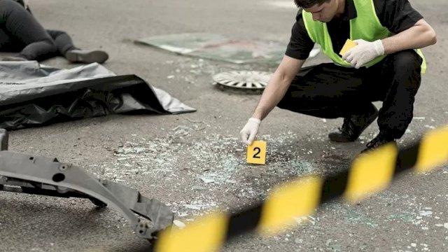 ILUSTRASI: Petugas polisi sedang menginvestigasi di area kecelakaan lalu lintas. ANTARA/Shutterstock/am.