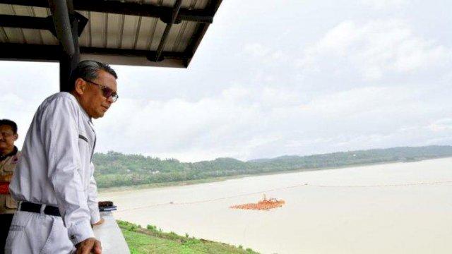Gubernur Sulsel HM Nurdin Abdullah saat meninjau kondisi Bendungan Bili-bili, Kabupaten Gowa, belum lama ini. Kondisi Bendungan Bili-Bili hingga saat ini masih aman, masih jauh di bawah elevasi normal. ()