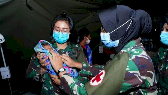 Tim dokter rumah sakit lapangan TNI Angkatan Darat di Korem 142/Tatag berhasil melakukan tindakan operasi sesar darurat terhadap seorang warga korban gempa bumi berkekuatan 6,2 di Kabupaten Mamuju, Kamis (28/1). (ANTARA/HO/Penerangan Korem 142/Tatag)