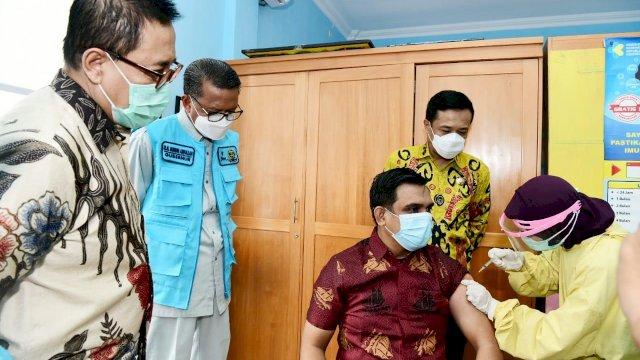 Gubernur Sulsel Nurdin Abdullah meninjau langsung proses vaksin Covid-19 bagi tenaga kesehatan di Puskesmas Jongaya Makassar, Jalan Andi Tonro, Jumat, (15/1/2021).
