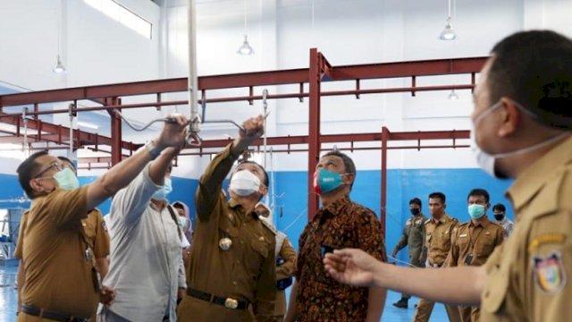 Walikota Makassar Prof Rudy Djamaluddin saat mengunjungi RPH Antang, Senin (4/1/2021). ()