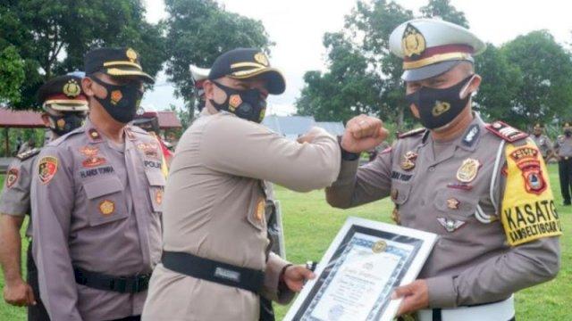 Kapolres Wajo AKBP Muhammad Islam memberikan penghargaan kepada puluhan personelnya yang berprestasi. ()