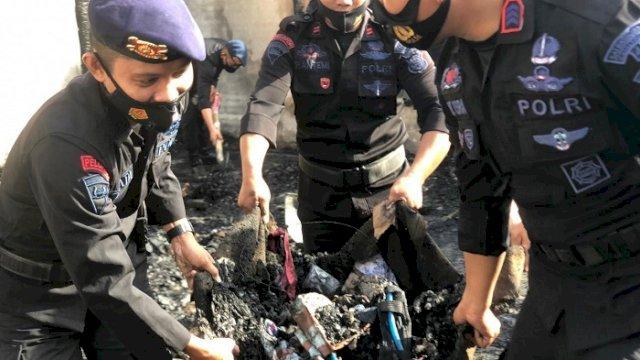 Batalyon C Pelopor Bantu Bersihkan Puing Sisa Kebakaran di Bone