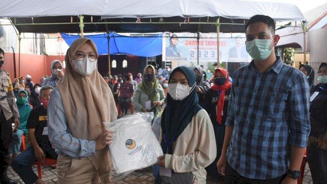 Ketua NaaDem Makassar, Andi Rachmatika Dewi serahkan Alat Pelindung Diri (APD) secara simbolis kepada Lurah Ballaparang untuk warga, Minggu (7/2/2021).