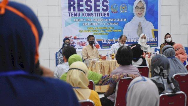 Anggota DPRD Sulsel, Andi Rachmatika Dewi mendengar keluhan warga Pisang Utara, saat reses di Gedung Jiwa, Jl Sungai Poso Makassar, Senin (8/2/2021).