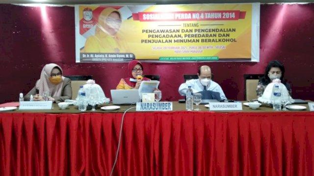 Anggota DPRD Makassar, Apiaty Amin Syam melaksanakan sosialisasi Perda Pengawasan dan Pengendalian Peredaran dan Penjualan Minuman Beralkohol, di Smile Hotel, Selasa (9/2/2021).