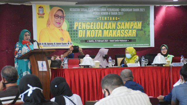 Anggota DPRD Makassar, Apiaty Amin Syam sosialisasikan Perda Pengelolaan Sampah Kota Makassar, di Aerotel Smile, Kamis (25/2/2021).