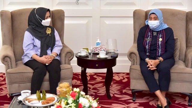 Ketua Tim Penggerak PKK Sulsel, Lies F Nurdin, dan Kepala Balai Pengawasan Obat dan Makanan (BPOM) Makassar, Hardaningsih, di Baruga Lounge Kantor Gubernur Sulsel, Senin, (15/2/2021).