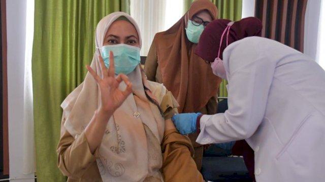 Bupati Luwu Utara Indah Putri Indriani menerima suntikan vaksin dosis kedua, di Aula La Galigo, Senin (15/2/2021).